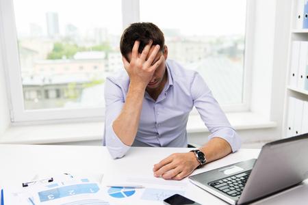 Unternehmen, Menschen, scheitern, Papierkram und Technologie-Konzept - Geschäftsmann mit Laptop-Computer und Papiere im Büro arbeiten Standard-Bild
