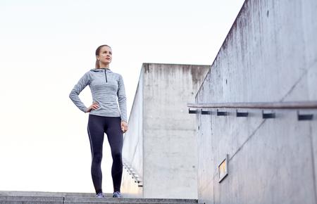 lifestyle: fitness, lo sport, le persone e concetto di lifestyle - donna sportiva in città