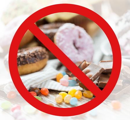 패스트 푸드, 저탄수화물 다이어트, 비육과 건강에 해로운 먹는 개념 - 가까이 초콜릿 조각, 젤리 콩, 어떤 기호 또는 원 - 슬래시 금지 기호 뒤에 글레이즈 도넛의 최대 스톡 콘텐츠 - 51127414
