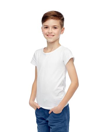 La infancia, la moda, la publicidad y la gente concepto - muchacho feliz en la camiseta blanca y pantalones vaqueros Foto de archivo - 51127983
