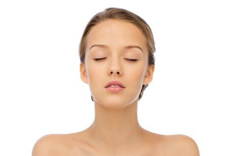 아름다움, 사람과 건강 개념 - 닫힌 된 눈과 어깨와 젊은 여성의 얼굴