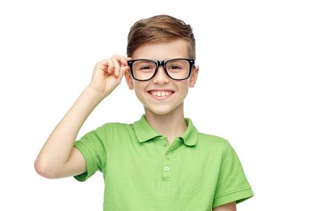 Kindheit, Vision, Schule, Bildung und Menschen Konzept - glücklich lächelnden Jungen in grün Polo T-Shirt in Brillen