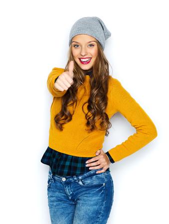 사람, 스타일 및 패션 개념 - 행복 한 젊은 여자 또는 캐주얼 옷과 힙 스타 모자에 십 대 소녀 엄지 손가락을 보여주는