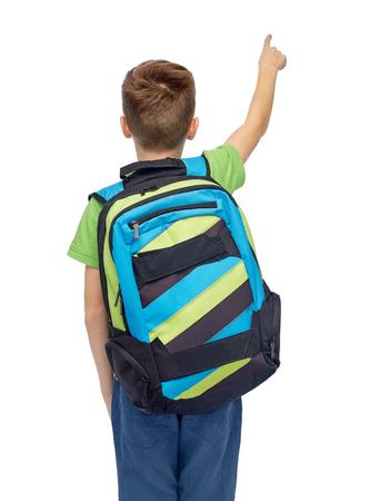 子供の頃、学校、教育、人々 コンセプト - 幸せな笑みを浮かべて学生男児スクール バッグ