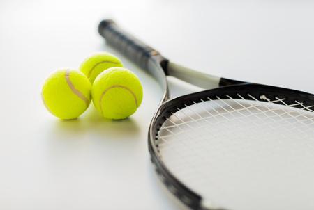Sport, Fitness, stile di vita sano e oggetti Concetto - stretta di racchetta da tennis con le palle