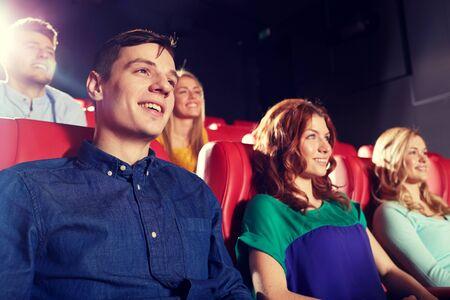 persona sentada: el cine, el entretenimiento y la gente concepto - amigos felices viendo la película en el teatro