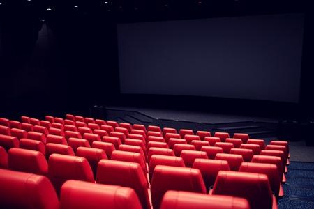 koncepcja rozrywki i rozrywka - kino i kino pusta widownia z czerwonymi siedzeniami