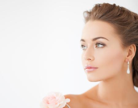 femme romantique: mariée et mariage notion - jeune femme avec fleur rose