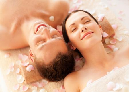 parejas: Foto de joven en el salón de spa situado en las mesas de masaje