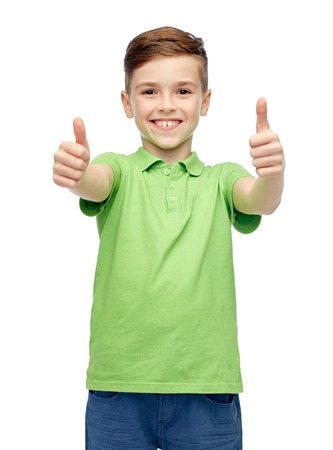 제스처, 어린 시절, 패션 및 사람들이 개념 - 녹색 폴로 티셔츠에 행복 미소 소년 엄지 손가락을 보여주는