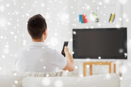 Freizeit, Technik, Massenmedien und Menschen Konzept - Mann vor dem Fernseher und Kanäle zu Hause aus zurück über Schnee-Effekt zu ändern Standard-Bild - 51495060