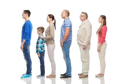 la familia, el género, la alta y la gente concepto - grupo de hombres y mujeres de un lado