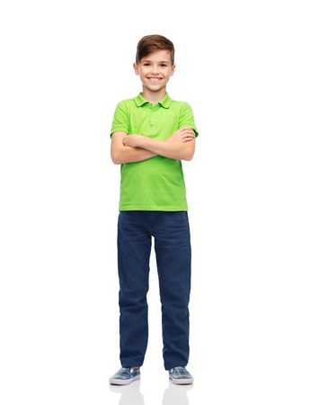 enfance, la mode et les gens concept - garçon heureux sourire en t-shirt de polo vert Banque d'images