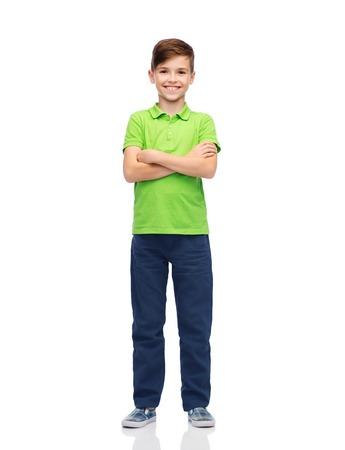 la infancia, la moda y el concepto de la gente - feliz niño sonriente en el polo camiseta verde Foto de archivo