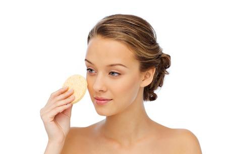 volto giovane donna con la pulizia esfoliante spugna