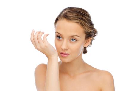 jonge vrouw ruikende parfum van de pols van haar hand Stockfoto