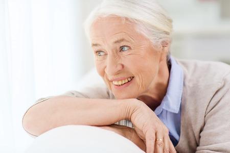gelukkig lachend senior vrouw gezicht thuis