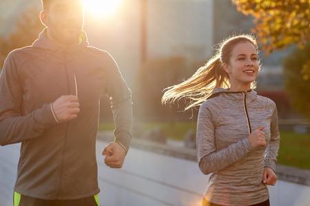 salud y deporte: feliz pareja correr al aire libre