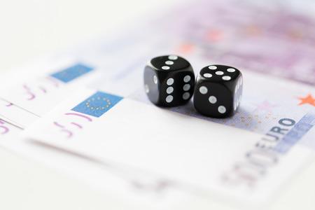 dinero euros: cerca de dados negros y dinero euro del efectivo