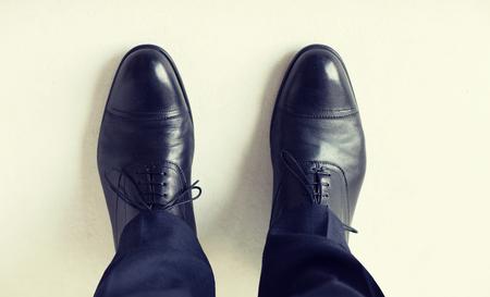 botas: Cerca de las piernas del hombre en zapatos elegantes con cordones o botas con cordones