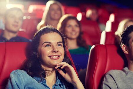 persona sentada: amigos felices viendo la película de comedia en el teatro