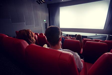 paar kijken naar film in het theater van rug