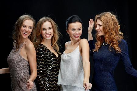 partij, vakantie, uitgaan en mensen concept - gelukkig jonge vrouwen dansen in de nacht club disco op zwarte achtergrond Stockfoto