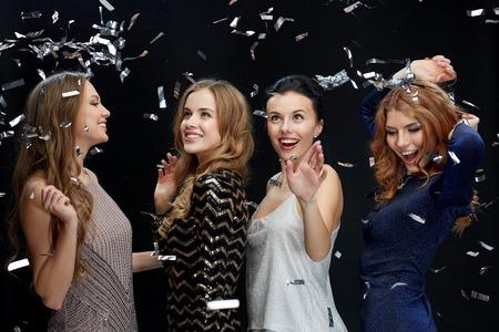 despedida de soltera: fiesta, d�as de fiesta, la vida nocturna y el concepto de las personas - mujeres j�venes felices bailando en la discoteca del club de noche sobre fondo negro