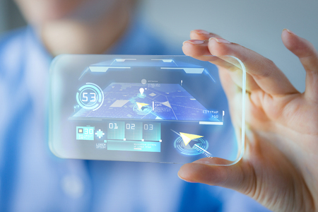 navegacion: negocios, tecnología, sistema de navegación y la gente concepto - cerca de la mujer explotación de la mano y mostrando teléfono inteligente transparente con el navegador en la pantalla