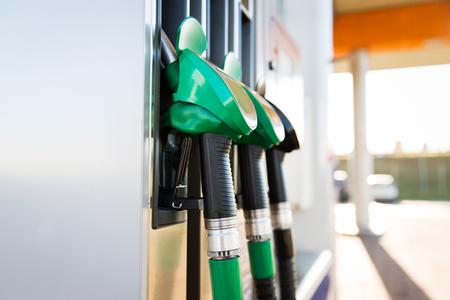 objeto, combustível, óleo, tanque e transporte conceito - close-up de mangueira de gasolina no posto de gasolina Foto de archivo