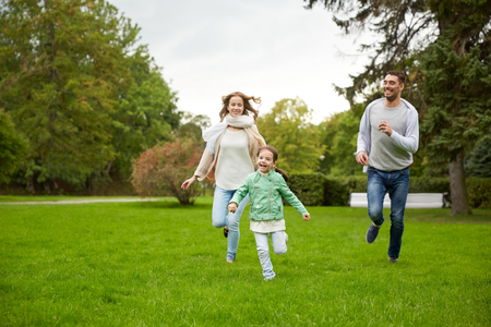 가족, 부모, 레저, 사람들이 개념 - 행복 어머니, 아버지와 어린 소녀 실행 및 여름 공원에서 캐치 게임
