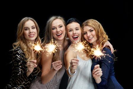personas festejando: fiesta, días de fiesta, la vida nocturna y el concepto de las personas - mujeres jóvenes felices bailando en la discoteca del club de noche sobre fondo negro