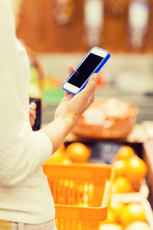abarrotes: venta, compras, consumismo y el concepto de la gente - cerca de la mujer joven con canasta de alimentos en el mercado