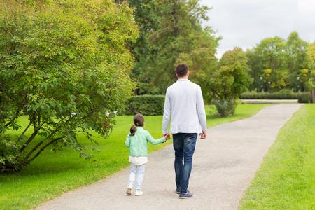 papa: la famille, la parentalit�, la paternit�, d'adoption et de personnage - Heureux p�re et petite fille qui marche dans le parc de l'�t�