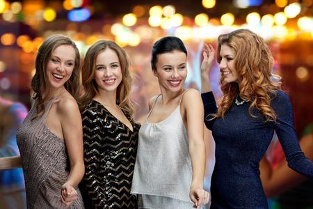 파티, 휴일, 유흥 및 사람들이 개념 - 나이트 클럽 디스코 조명 배경 위에 행복 젊은 여성 춤 스톡 콘텐츠