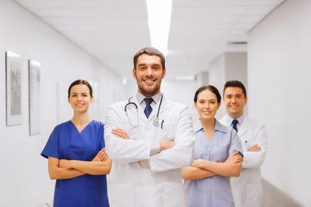 Klinik, Beruf, Menschen, Gesundheitswesen und Medizin-Konzept - glücklich Gruppe von Medizinern oder Ärzte im Krankenhaus Korridor