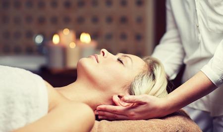 massaggio: persone, bellezza, spa, stile di vita sano e concetto di rilassamento - Primo piano di giovane e bella donna che si trova con gli occhi chiusi e che ha massaggio capo in stazione termale