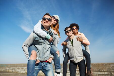 pareja de adolescentes: amistad, el ocio y el concepto de personas - grupo de amigos adolescentes felices en gafas de sol que se divierten al aire libre