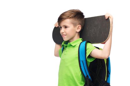 ni�o con mochila: la infancia, el ocio, la escuela y el concepto de la gente - sonriente feliz del estudiante con el morral y el pat�n