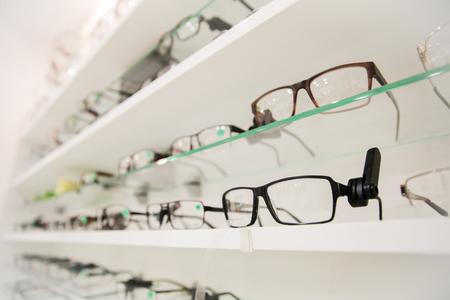 optica, gezondheidszorg en visie concept - close-up van de bril op opticien Stockfoto