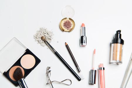 Kosmetik-, Make-up- und Beauty-Konzept - Nahaufnahme von Make-up-Sachen Standard-Bild