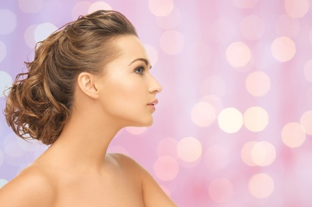 perfil de mujer rostro: la belleza, la gente y el concepto de salud - hermoso rostro joven mujer sobre fondo de color rosa