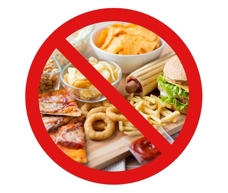 Fast Food, Low-Carb-Diät, Mast- und ungesunde Ernährung Konzept - in der Nähe von Fast-Food-Snacks und Cola-Getränk auf Holztisch hinter kein Symbol oder kreis Backslash Verbotsschild nach oben