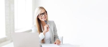 secretaria: negocios y la educación concepto - imagen interior de mujer sonriente con los documentos y la pluma