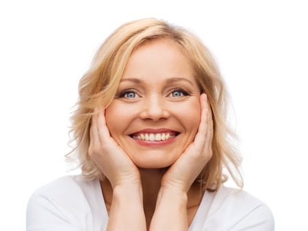 美しさ、人とスキンケア コンセプト - 笑顔の顔に触れる白シャツの女性