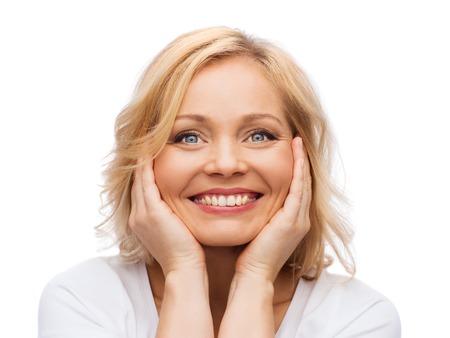 아름다움, 사람들, 스킨 케어 개념 - 얼굴을 만지고 흰 셔츠에 웃는 여자 스톡 콘텐츠