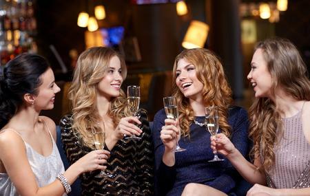 celebrazione, amici, addio al nubilato e feste concetto - donne felici con bicchieri di champagne a night club