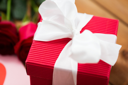 uprzejmości: miłość, romans, Walentynki i święta pojęcie - zamknąć się z czerwonym pudełko z białym łukiem
