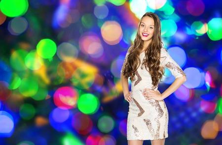 mujer bonita: gente, fiesta, días de fiesta, el peinado y el concepto de la moda - mujer niña o adolescente joven feliz en traje de fantasía de lentejuelas y pelo largo y ondulado más de luces de discoteca de fondo