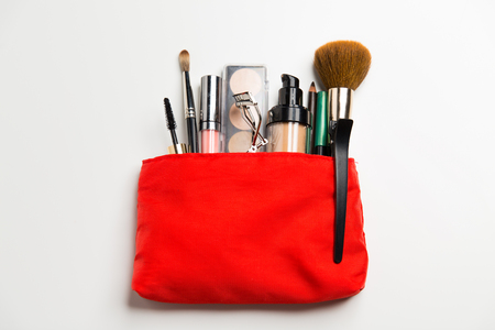 cosmetica, make-up en schoonheid concept - close-up van de make-up tas met make-up spullen Stockfoto